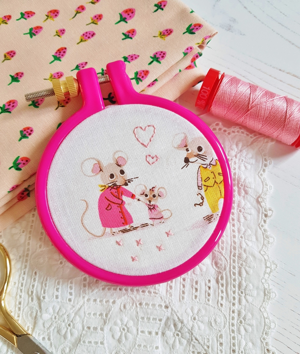 How to back your embroidery hoop with felt -Tutorial